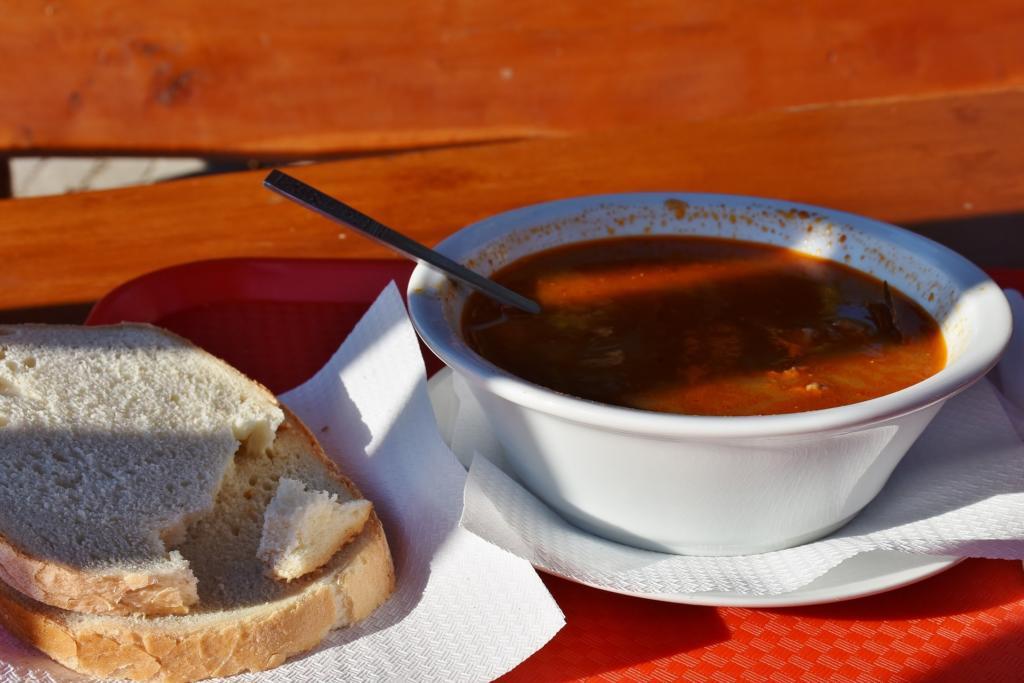 polévka z hovězího masa známá jako gulášová