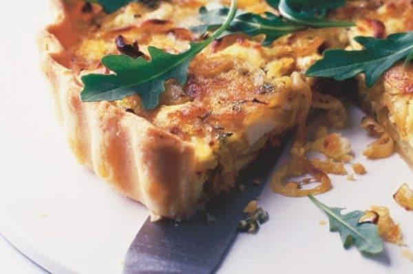 Hotový sýrový koláč z listového těsta