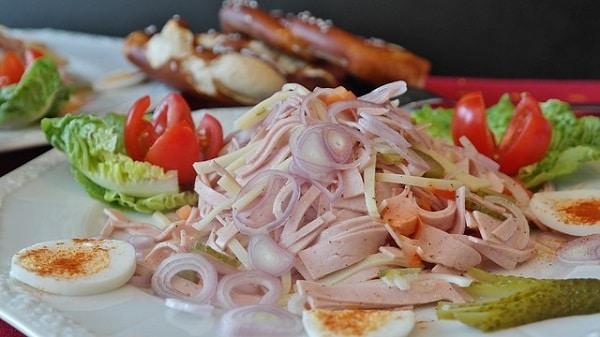 Hotový recept na uzeninové pochoutky – vynikající salát