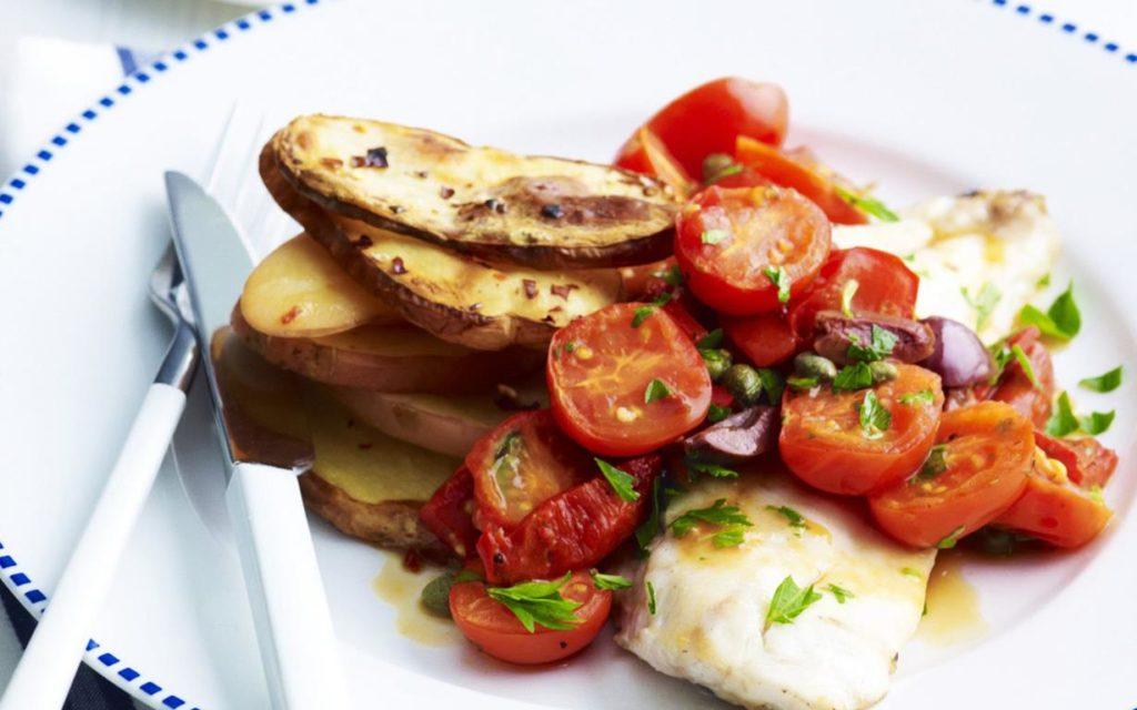 Zapečené rybí filé s rajčaty a bramborami