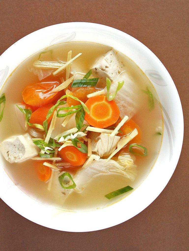 Rybí polévka s kaprem a zeleninou na talíři