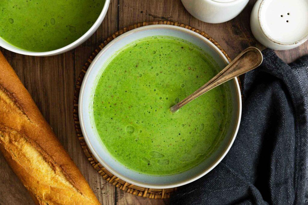Lahodná polévka s máslovou chutí a česnekem.