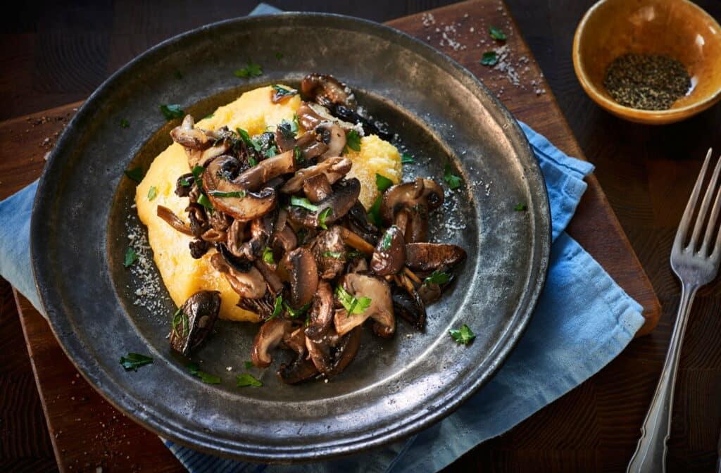 Luxusní gulášek z čerstvě nasbíraných hub podávaný s polentou či pečeným bramborem.