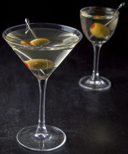 suché martini s olivou na černém pozadí