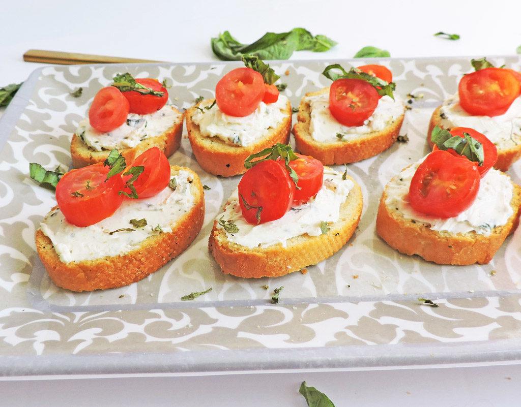 Nakrájená bageta s hermelínovou pomazánkou a čerstvými rajčaty