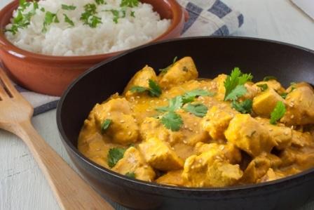 Lahodné kuře na kari - jeden z typických orientálních pokrmů.