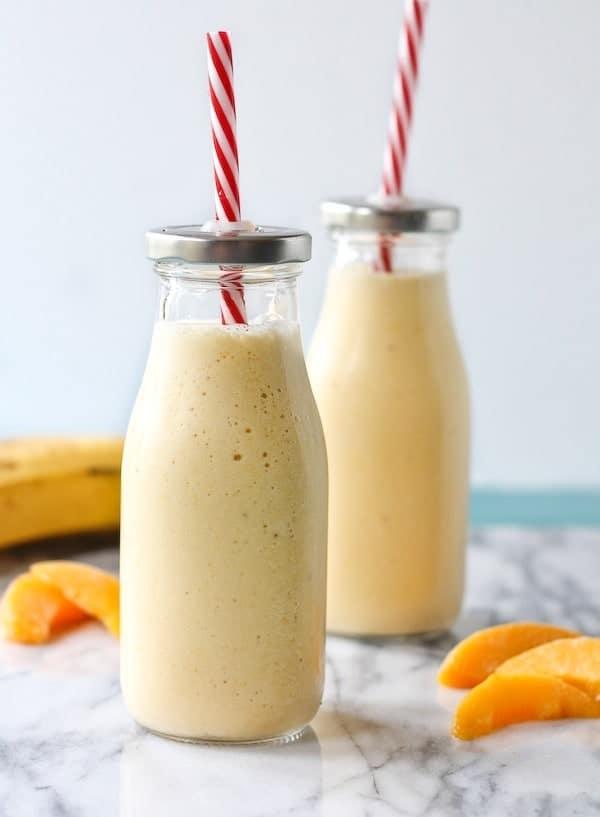 Banánovo-broskvové smoothie s pomerančovým džusem.