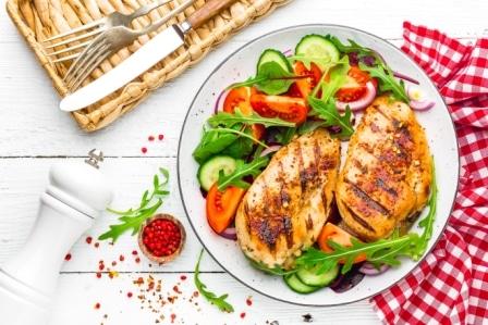V bílkovinovém jídelníčku najdete například i kuřecí prsa se zeleninou.