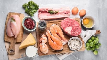 Bílkoviny najdete například v rybím masu, v sýrech či vejcích.