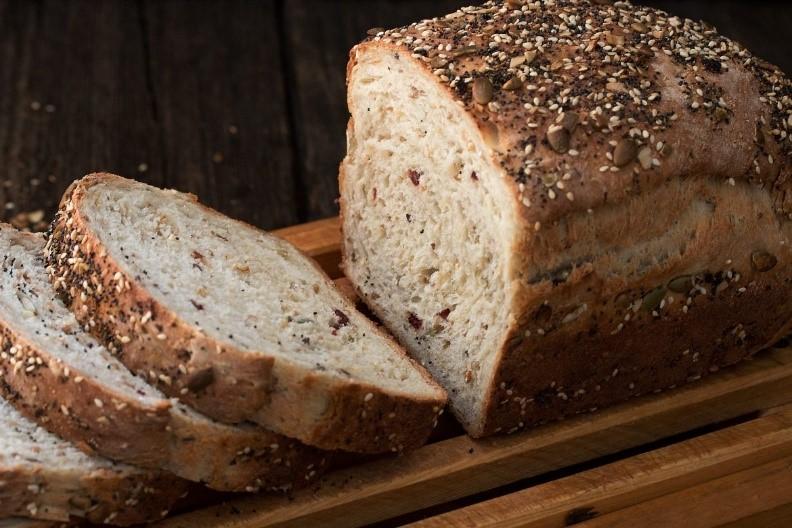 Křupavý celozrnný chléb.