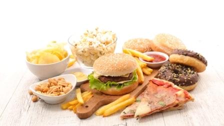 Mezi zakázané potraviny patří také pizza, sladkosti a další.