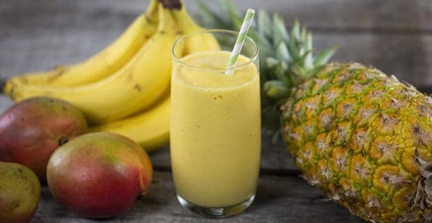 Sklenice ananasového smoothie s mangem a banánem.