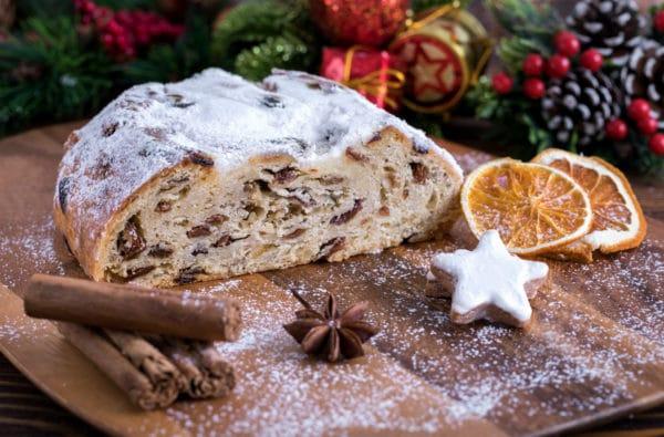 Rozkrojená máslová štola s rozinkami, naaranžovaná se skořicí, badyánem a sušeným pomerančem