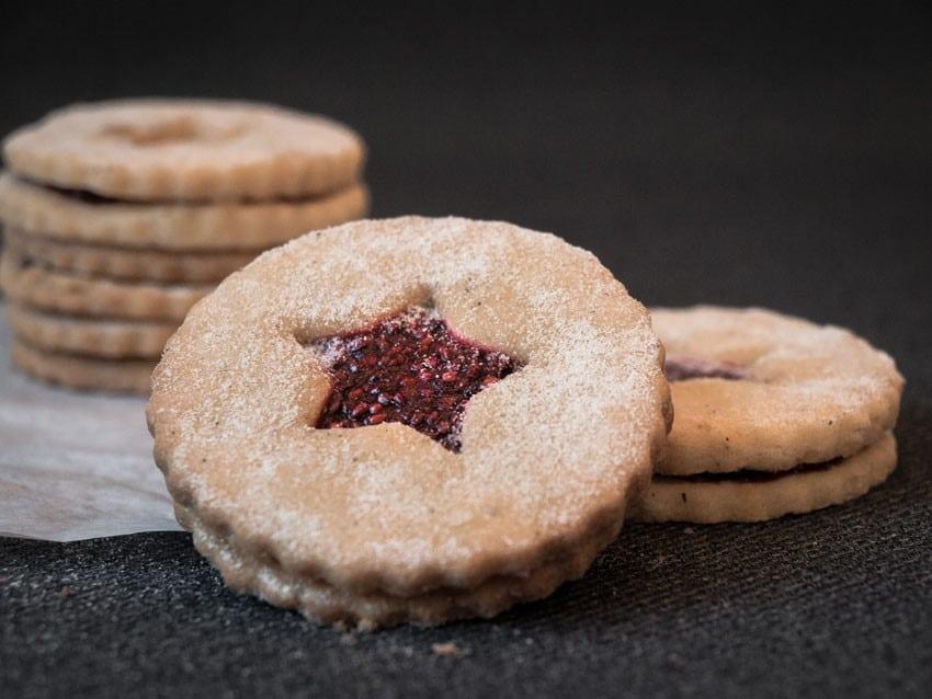 linecké vánoční cukroví bez lepku posypané moučkovým cukrem