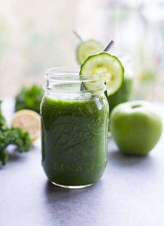 Zelené celerové smoothie s okurkou a jablkem.
