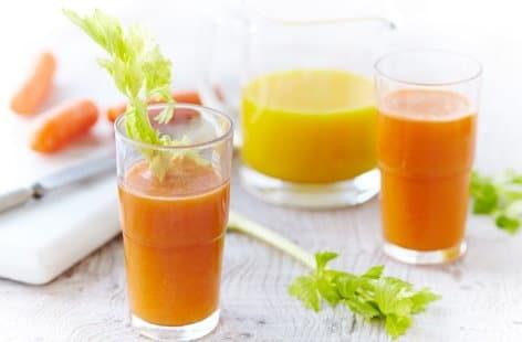 Mrkvové smoothie se stonkem řapíkatého celeru.
