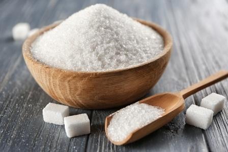 Klasický cukr lze nahradit například medem.