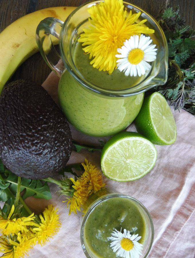 Zelené kopřivové smoothie s pampeliškou, avokádem a limetkou.