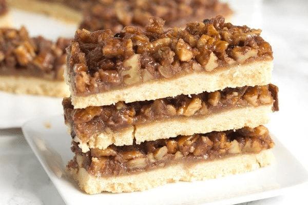 ukrojený kousek fíkového čokoládového koláče s pekanovými oříšky