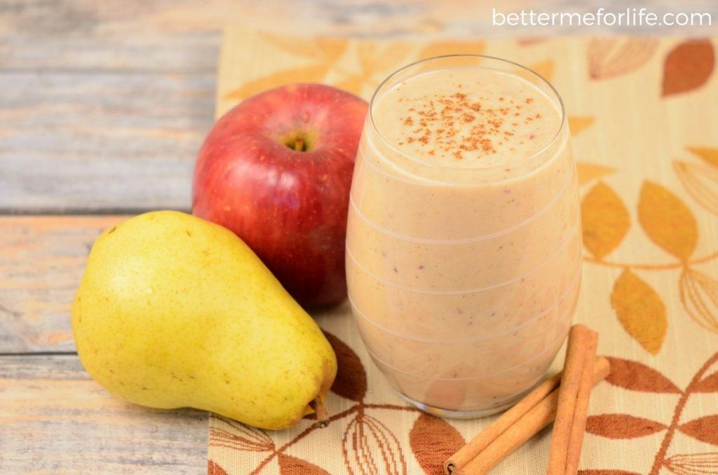 Jablečné smoothie s hruškami posypané skořicí.