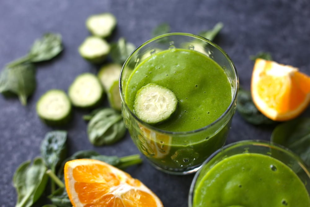 Zelené okurkové smoothie s čerstvým pomerančem a špenátem.