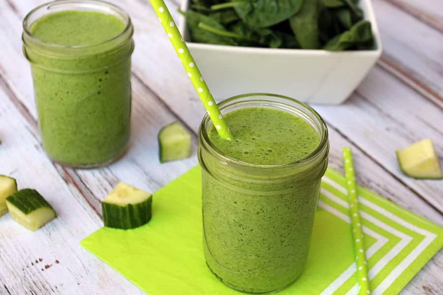 Zelené okurkové smoothie se špenátem.