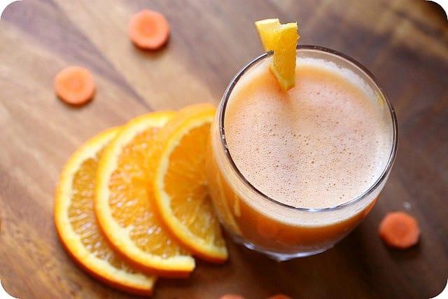 Pomerančové smoothie s čerstvou mrkví a pomerančem.