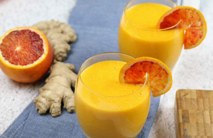 Čerstvé pomerančové smoothie se zázvorem.