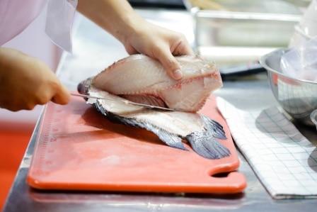 Kuchání ryb je nedílná součást přípravy rybích pokrmů.