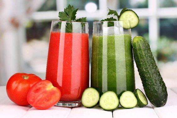 Rajčatové a okurkové smoothie s čerstvou zeleninou