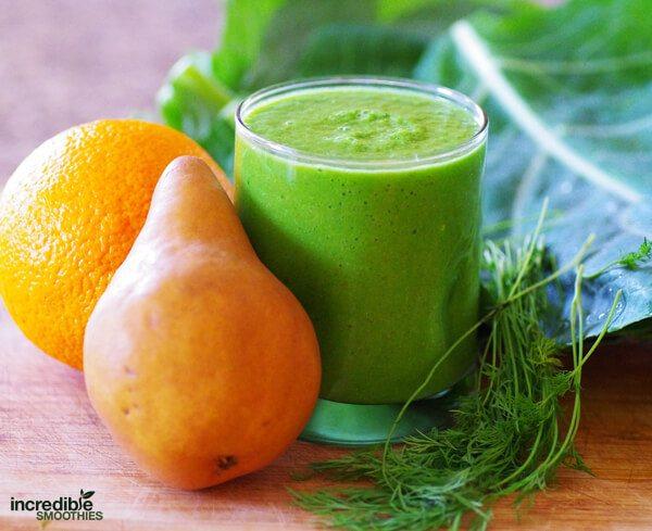 Zelené smoothie s hruškou a pomerančem. Čerstvé bylinky
