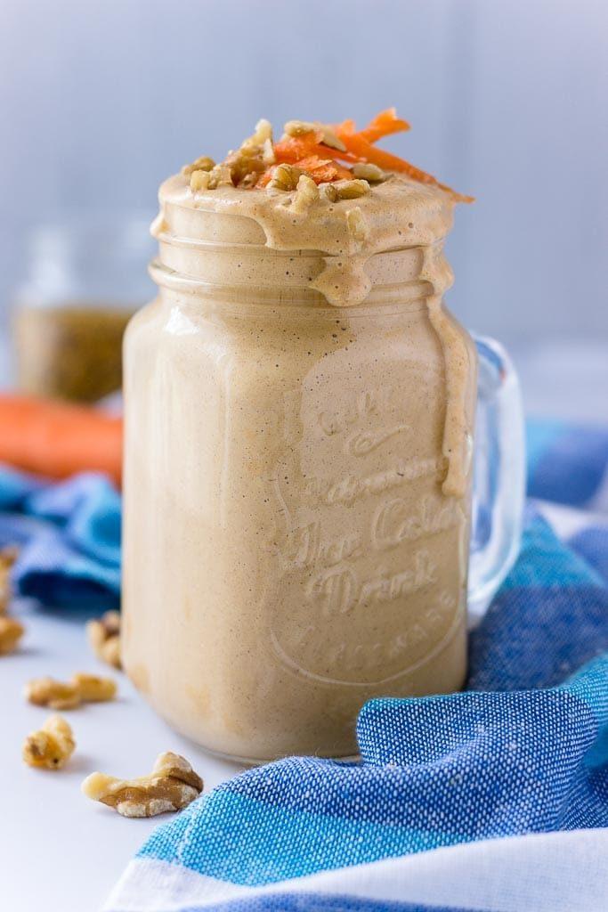 Jogurtové smoothie s mrkví posypané oříšky.