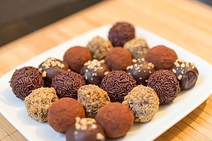 Vánoční rumové koule z nepovedeného cukroví obalené v oříšcích, kakau a čokoládě