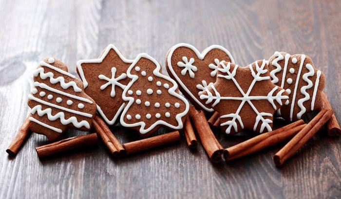 Ozdobené vánoční perníčky naaranžované se skořicí