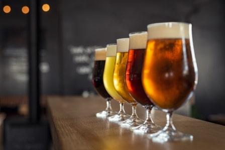 pět orosených piv na baru