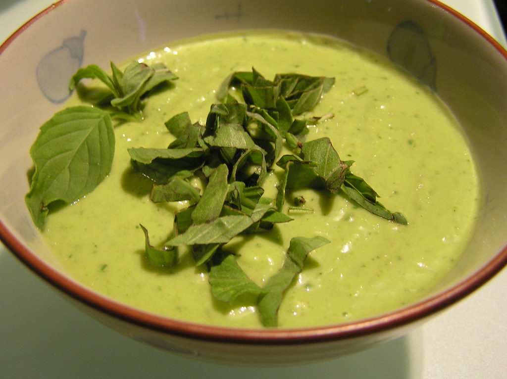 jemná polévka z cukety a avokáda