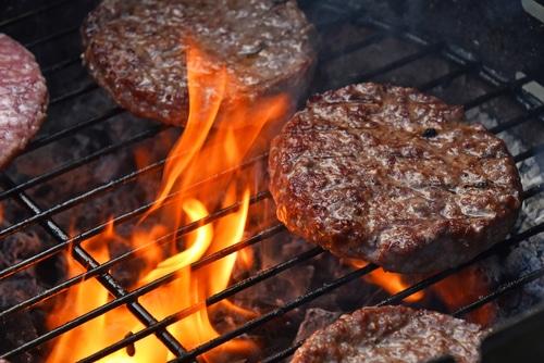 Hamburgery ke grilování patří.