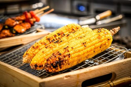 Grilovaná kukuřice je lahůdka.