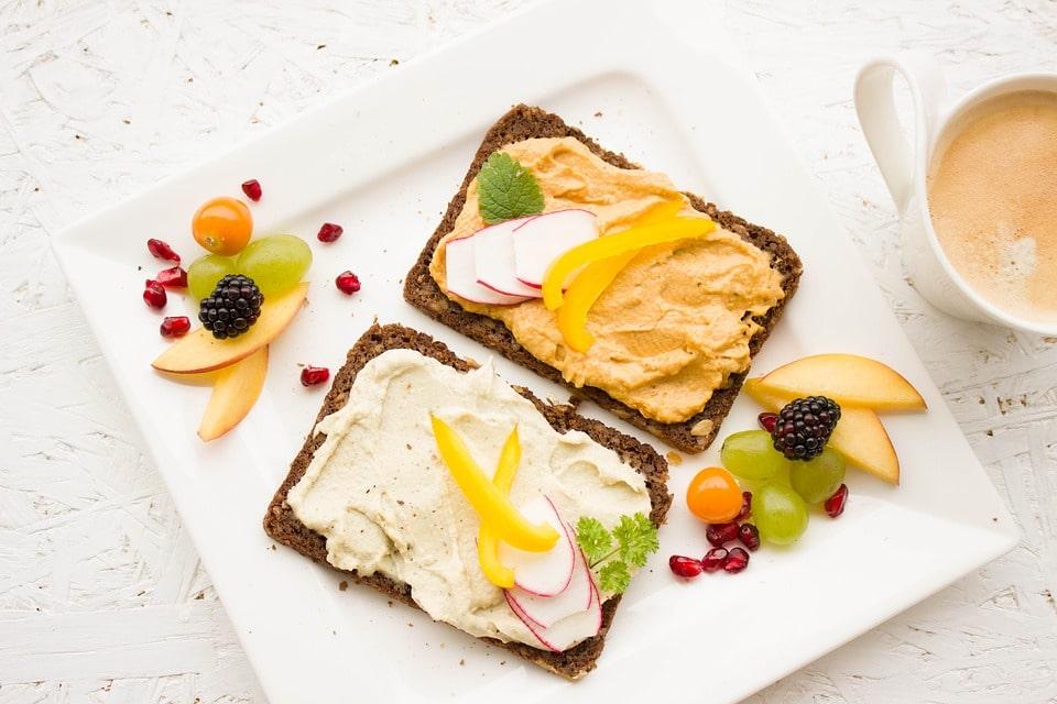hummus se skvěle hodí jako pomazánka na celozrnné chleby