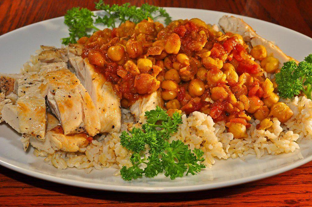 kari s kuřecím a cizrna s rýží jako příloha