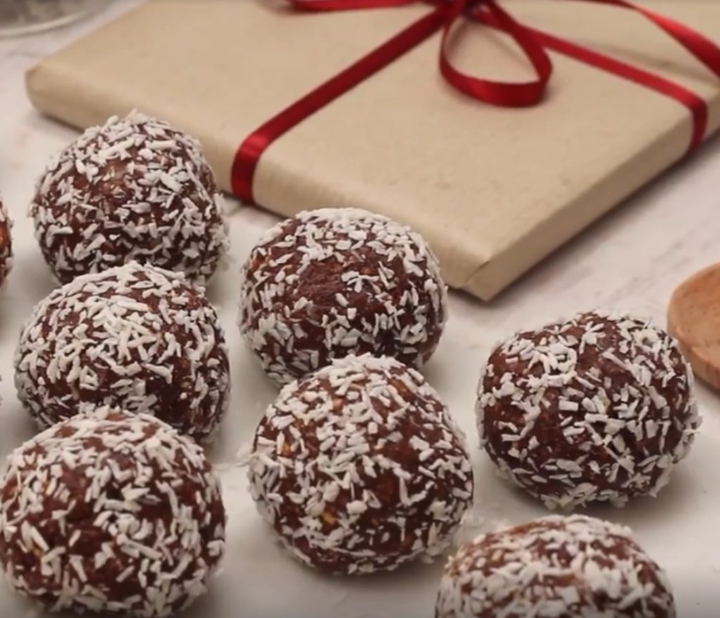 Zdravé nepečené kuličky s kokosem naaranžované s dárkem