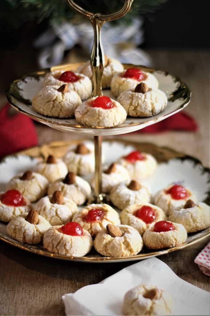 sušenky z Itálie s kandovanou třešní uprostřed