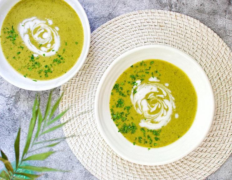 Recept na paleo polévku z brokolice a chřestu.