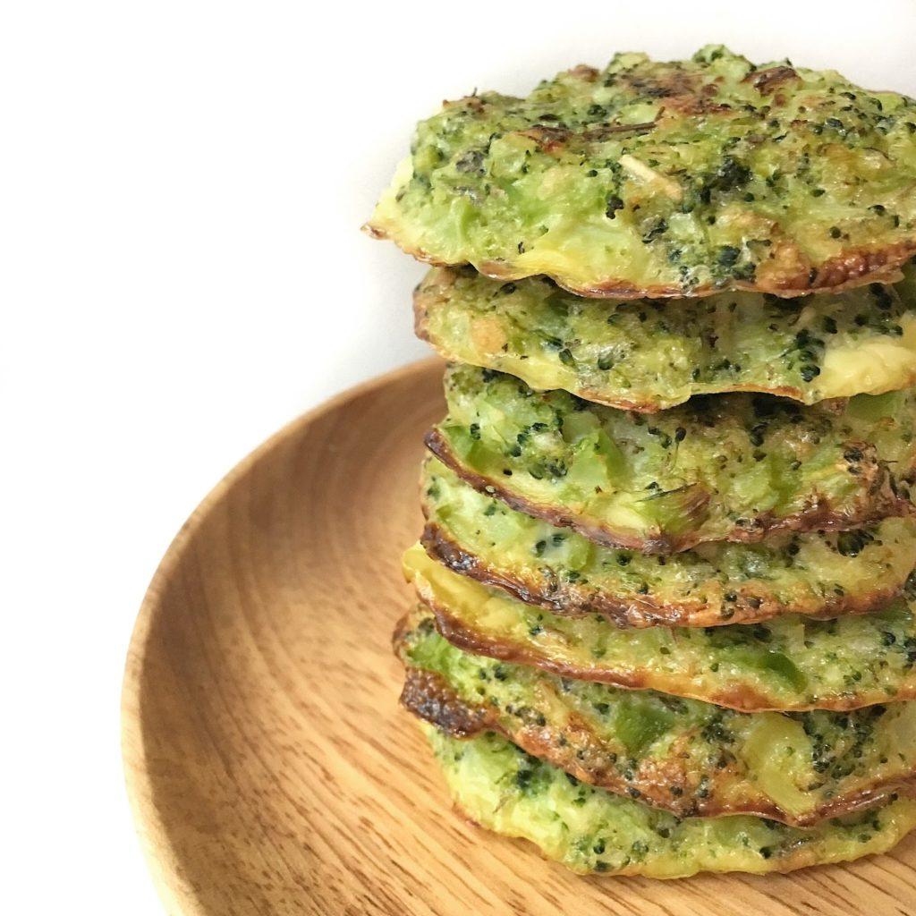 Recept na pečené brokolicové placičky se sýrem.