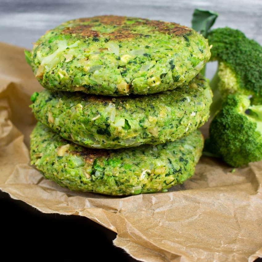 Recept na vegetariánské zeleninové burgery z brokolice a hrášku.