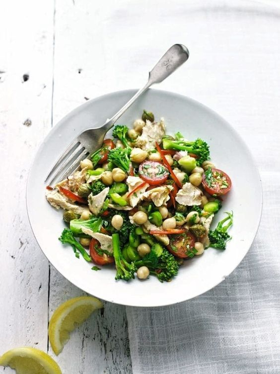 Recept na proteinový salát s brokolicí, tuňákem a cizrnou.