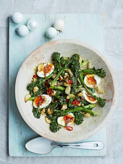 Recept na salát s vařeným vajíčkem a brokolicí od Jamieho Olivera.