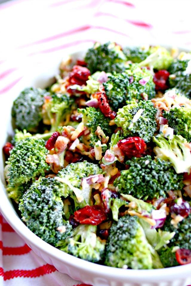 Recept na studený letní brokolicový salát se slaninou a brusinkami.