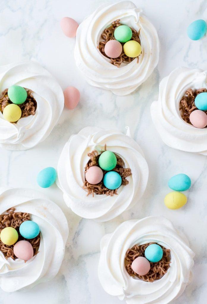 Recept na sladká pusinková hnízda s velikonočními vajíčky.