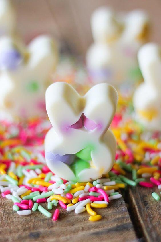 Recept na nepečené velikonoční zajíčky z bílé čokolády.